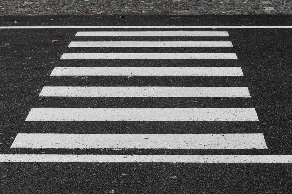 Verkehrsregeln am Zebrastreifen lernen